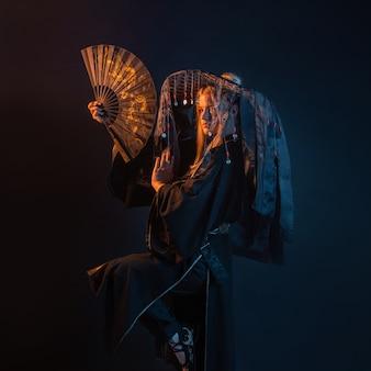 een karakter in aziatische stijl in een kimono en een strohoed met linten