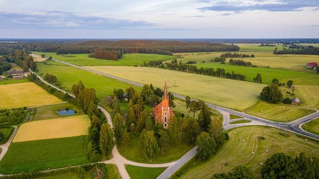 Een kerk in neogotische stijl gebouwd van veldsteen, velena, letland