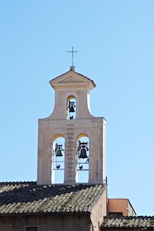 Een kerktoren met belfort in rome, italië