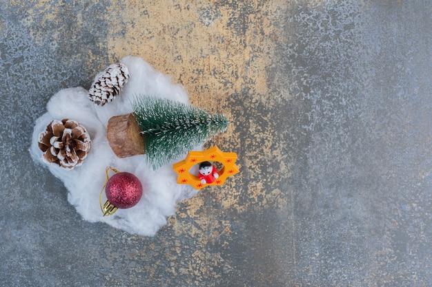 Een kerstboom met dennenappels en kerstbal. hoge kwaliteit foto