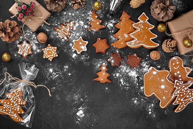 Een kerstkoekje in de vorm van een kerstboom in een cellofaanverpakking op de achtergr...