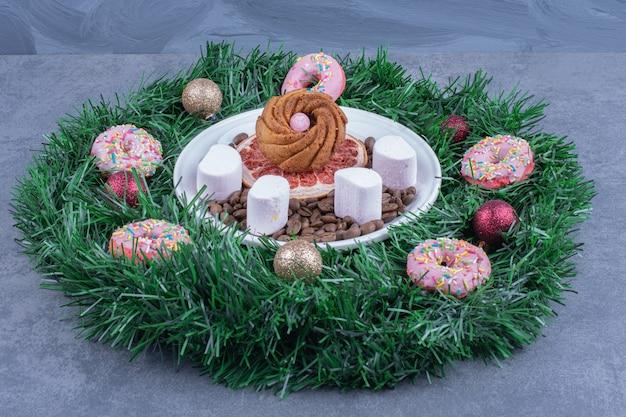Een kerstkrans met donuts en kerstballen