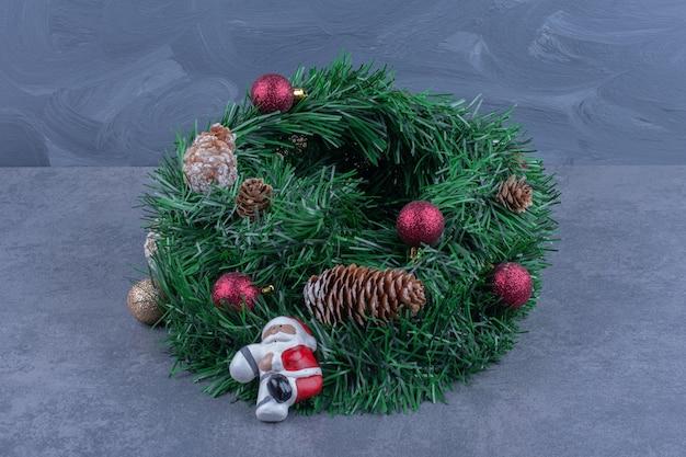 Een kerstkrans met speelgoed van de kerstman