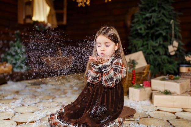 Een kerstverhaal voor een klein meisje. onvergetelijke jeugdherinneringen. een meisje doet een wens op kerstnacht