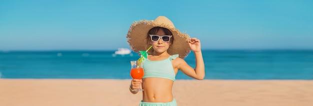 Een kind aan zee drinkt een cocktail. selectieve aandacht.