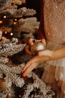 Een kind dat kerstbal vasthoudt. kerst verticale kaart ontwerp. ruimte kopiëren. detailopname