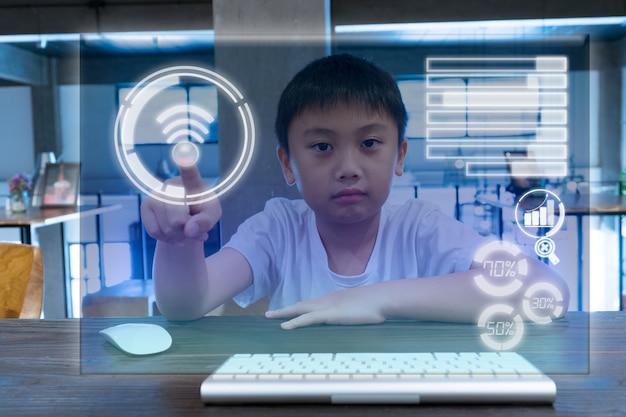 Een kind dat scherm moderne verbinding raakt. technologie en onderwijsconcept