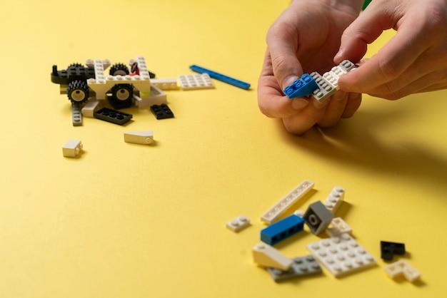 Een kind dat speelt met speelgoedconstructeurstukken, onderwijs en leren