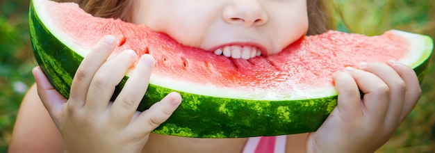 Een kind eet watermeloen. foto. voedsel