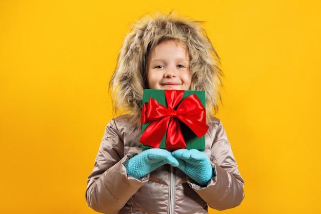 Een kind heeft een doos met een geschenk