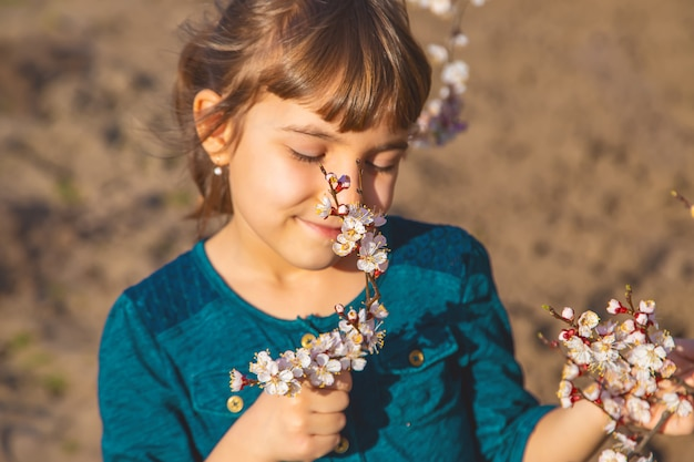 Een kind in de tuin van bloeiende bomen