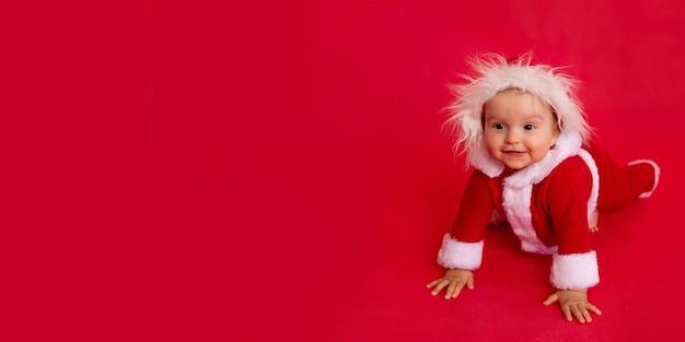 Een kind in een kerstman-kostuum