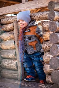 Een kind in het park speelde in het houten huis
