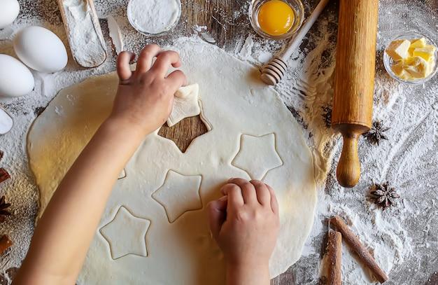 Een kind maakt een koekje. selectieve focus.voedsel