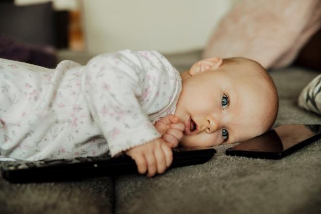 Een kind met een afstandsbediening en een telefoon
