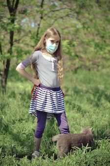 Een kind met een beschermend masker op straat