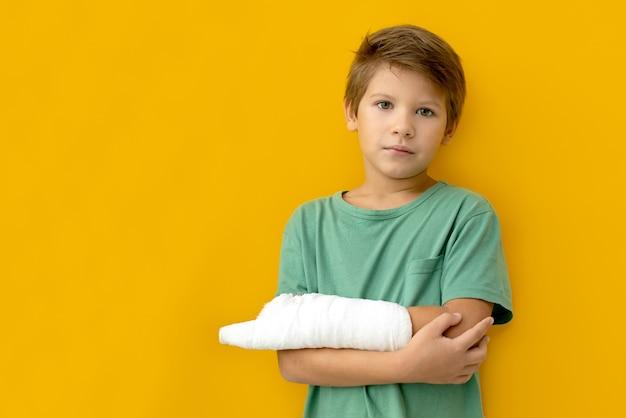 Een kind met een pleister op zijn hand. kopieer ruimte.