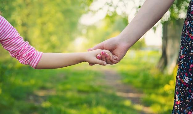 Een kind met zijn moeder gaat bij de hand. selectieve aandacht.