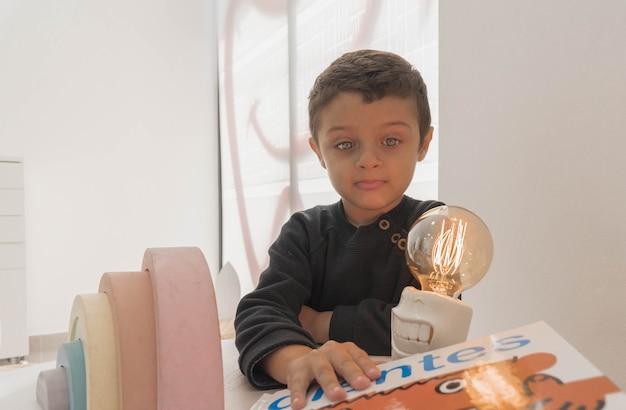 Een kind op zoek naar een boek in het kantoor van de tandarts. tandheelkundige behandeling in een kinderkliniek.