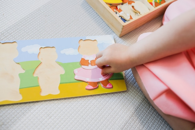 Een kind speelt met educatieve spelletjes.