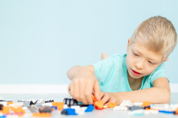 Een kind speelt met een woningbouwer