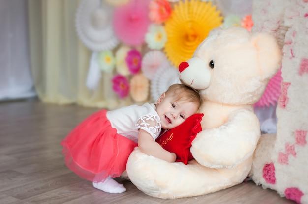 Een kind speelt met een zacht stuk speelgoed