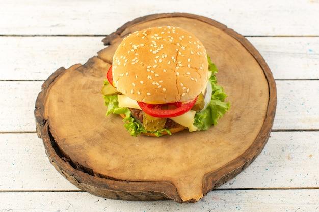 Een kipburger van bovenaanzicht met kaas en groene salade