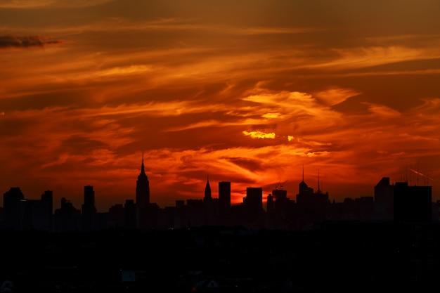 Een klassieke foto van een schilderachtige zonsondergang met de wolkenkrabbers van new york city