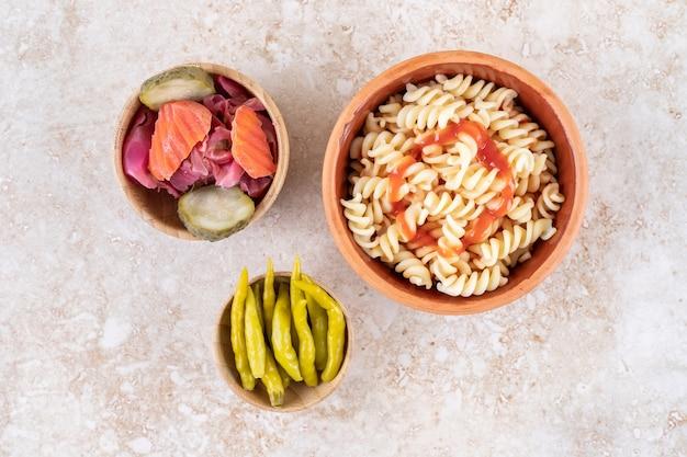 Een kleikom lekkere pasta met diverse groenten