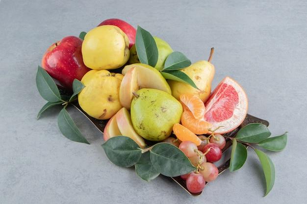 Een klein assortiment van verschillende soorten fruit op marmer