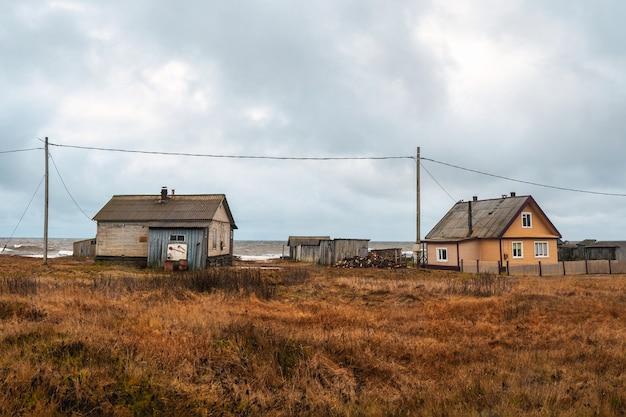 Een klein authentiek dorpje aan de witte zeekust. kashkarantsy visserij collectieve boerderij. kola-schiereiland. rusland.