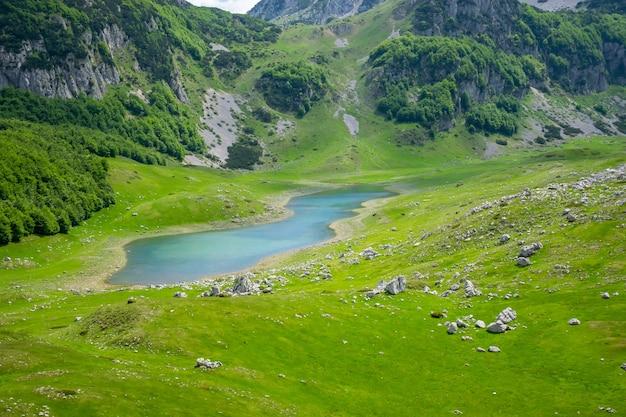 Een klein bergmeer tussen de hoge schilderachtige bergen.