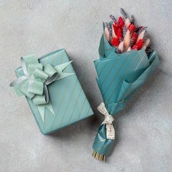 Een klein boeket van lavendel met lagurus en een geschenk in turquoise verpakking
