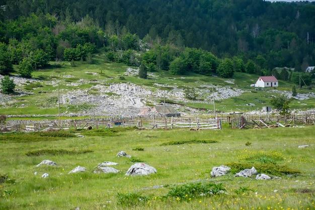 Een klein dorp is gelegen tussen vele heuvels en bergen.