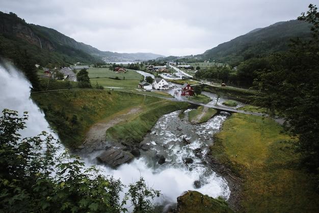 Een klein dorpje met een waterval