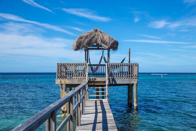 Een klein houten huisje in de caribische zee op roatan island. honduras