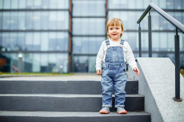 Een klein kind op een wandeling in de stad