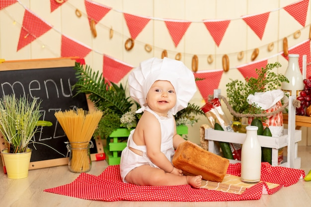 Een klein kind zit in de keuken