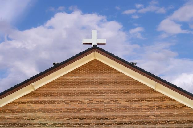 Een klein kruis op de kerk van christus.
