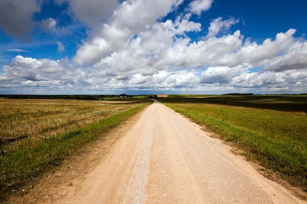 Een klein landweggetje, gefotografeerd in de zomer