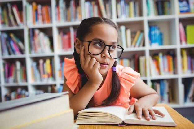 Een klein meisje dat een boek leest