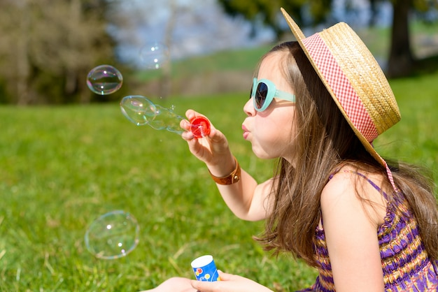 Een klein meisje dat zeepbels maakt