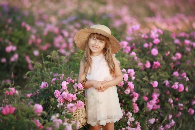 Een klein meisje in de tuin van een thee steeg