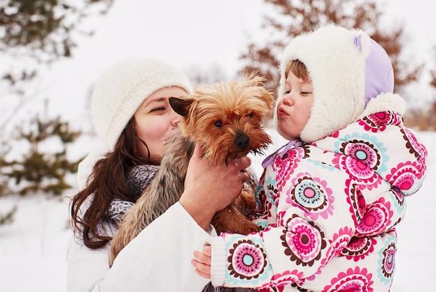 Een klein meisje kust een hond met liefde