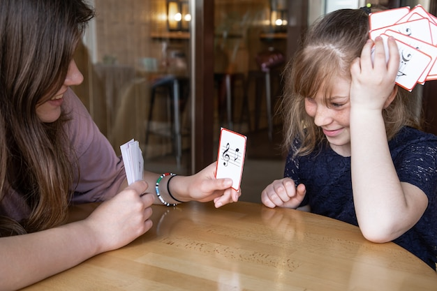 Een klein meisje leert spelenderwijs noten met behulp van speciale muziekkaarten
