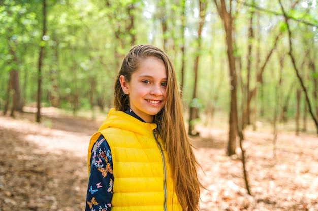 Een klein meisje loopt door het lentebos