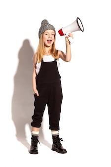 Een klein meisje met een megafoon