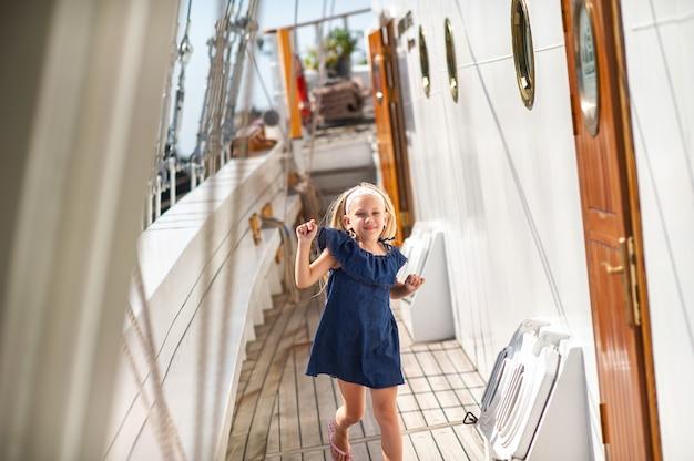 Een klein meisje op het dek van een grote zeilboot in de stad klaipeda.litouwen
