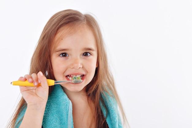 Een klein meisje poetst haar tanden