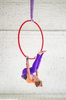 Een klein meisje verwikkeld in luchtgymnastiek